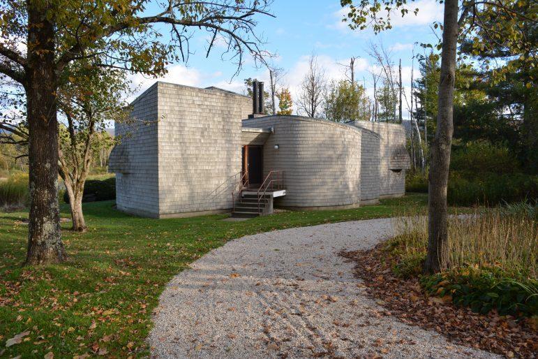 Field Farm evokes Bauhaus design, displays modernist art